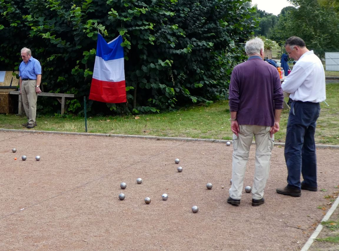 Cropped petanque