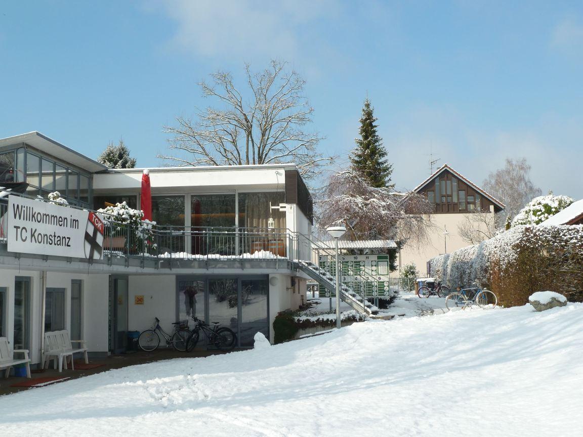 Tennis Halle und meine Wohnung im Schnee